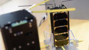 Satelliterna Aalto-1 och Aalto-2 fotograferade inomhus.