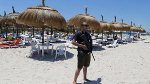 Polis står vakt på stranden i Sousse