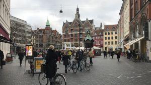 Kultorvet i Köpenhamn med mycket cyklister och fotgängare.