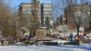 Äventyrsparken med nybyggda bostadshus i bakgrunden i Kuppisparken.