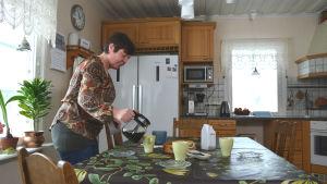 Christel Holmlund-Norrén häller upp kaffe.