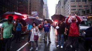 Människor på sjunde avenyn efter helikopterkraschen på Manhattan den 10 juni 2019.