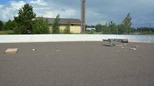 En rink med olika skejtramper på asfalten.