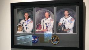 Fototavla av de tre astronauterna på Apollo 11, med autografer, till salu på Sotheby´s.