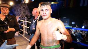Boxaren Hugo Santillan tittar in i kameran.