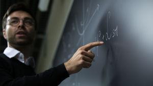 Johns Hopkins Universityn Physiikan ja astronomian laitoksen tutkijaprofessori Tommi Tenkanen esittelee kehittämäänsä kaavaa Helsingin Yliopiston Physicumissa 2019 elokuussa