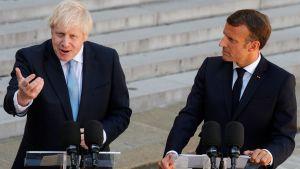 Storbritanniens premiärminister Boris Johnson gestikulerar inför sitt möte med Frankrikes president Emmanuel Macron i Élyséepalatset 22.8.2019.