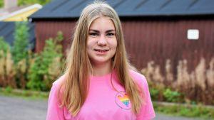 Flicka med rosa pride-skjorta.