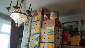 lådor staplade på varandra och kristallkrona i vardagsrum
