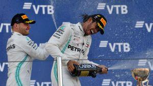 Bottas och Hamilton sprutar champagne på varandra.