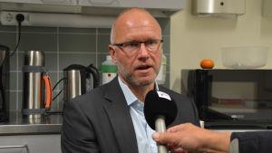 Timo Tenhunen intervjuas om parkskolan i Lovisa.