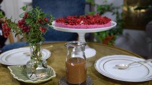 Lingonkaka med kokos på ett bord