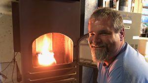 John Ord bränner antracit i sin kolpanna nere i källaren.