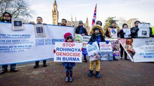 Demonstranter som stöder de förföljda rohingyerna. Haag 10.12.2019
