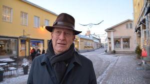 Patrick Wackström står på Mellangatan i Borgå.