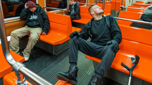 Mikko Huttunen metrossa.