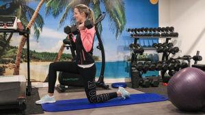 Personlig tränare Bettina Heiskari på ett gym.