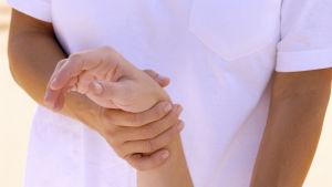 Kvinna får massage på brits.