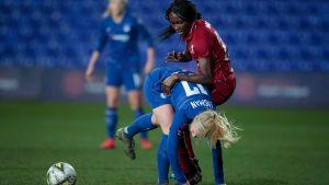Adelina Engman blir tacklad i engelska Super League.