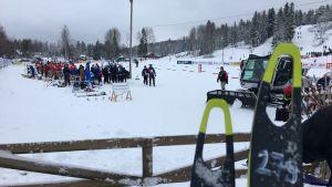 sukset odottavat hiihtäjää kilpailupaikalla