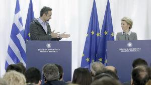 Kyriakos Mitsotakis och Ursula von der Leyen vid en presskonferens i Grekland.