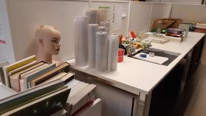 Plastrullar i Ekenäs bibliotek som används till att plasta in böcker.