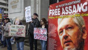 Det hålls fortfarande demonstrationer världen över för Assange. Den här demonstrationen hölls i London i februari i år.