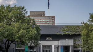 Radio och Tv reportern Bill Birtles flydde till Australiens ambassad i Peking då han belades med utreseförbud.
