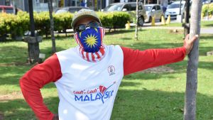 Zahid Ibrahim älskar sitt hemland. Hans munskydd påminner om Malaysias flagga.