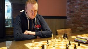 Jimmy Wikman sitter vid schackbrädet.