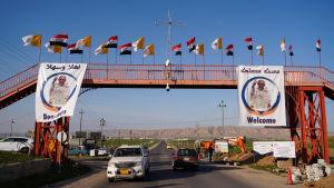 Flaggor och bilder vid vägkanterna välkomnade påven till Irak.