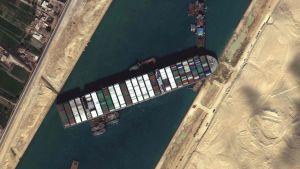 Satellitbild på fraktfartyget Ever Given som blockerar Suezkanalen i Egypten.