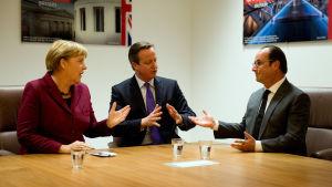 Angela Merkel, David Cameron och Francois Hollande diskuterar under ett toppmöte i Bryssel den 15 oktober 2015.