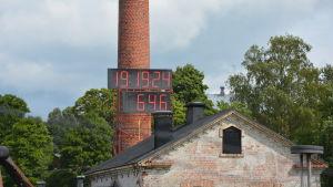 Den digitala klockan i Billnäs bruk visar hur länge byggandet legat nere.