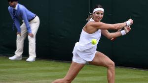 Mandy Minella slår en tennisboll i Wimbledon.