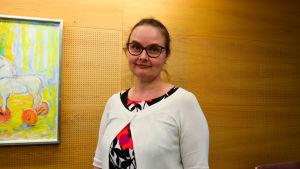Porträtt på Sari Laaksonen, utvecklingschef vid förbundet för mödra- och skyddshem.