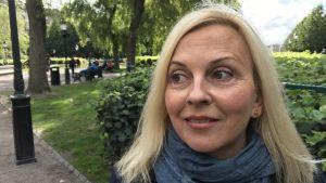 Porträtt på pressrådet Niina Hyrsky vid Finlands ambassad i Stockholm.