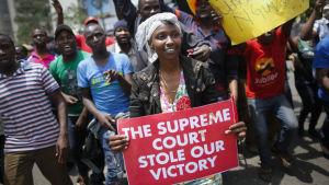 En anhängare till Uhuru Kenyatta protesterar mot domstolsbeslut som ogiltigförklarade presidentvalet 2017.