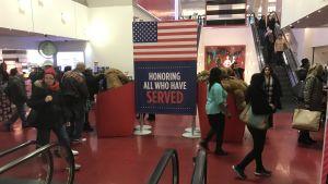 Skylt i varuhuset: USA hedrar alla som tjänstgjort i militären