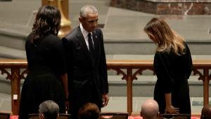Paret Obama och Melania Trump vid Barbara Bush begravning