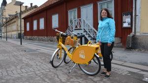 Kollektivtrafikdirektör Sirpa Korte står bredvid stadscyklar i Åbo.