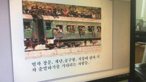 OH ji-Hyun visar bilder på ett överfyllt nordkoreanskt tåg på en dataskärm.