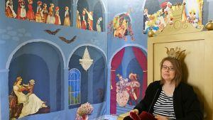 """Museiguiden Katarina Forslund på tronen i en del av Alexander Reichsteins installation """"I slottet"""". Topelius sagoland i Nykarleby 2018."""