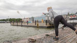 viisaasti vesillä -kampanjan Laura Sulkava heittää pelastuskanisterin veteen