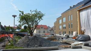 byggplatsvy över trekoli-kvarteret med fasaden av Hilla-huset till höger