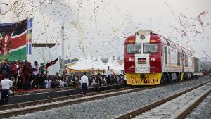 En av de hyllade kinesiska investeringarna i Afrika är SGR-fraktbanan i Kenya mellan huvudstaden Nairobi och hamnstaden Mombasa.