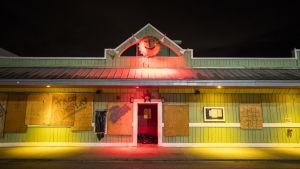 Lokal restaurang i North Carolina har bommat igen fönstrena i väntan på orkanen Florence.