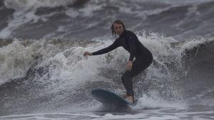 En surfare i Newport, Rhode Island, uttnyttjar de stora vågorna som föregår orkanen Florence.