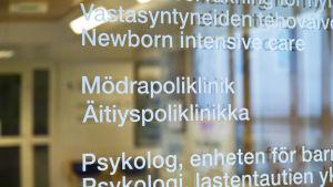 """""""Mödrapoliklink"""" står skrivet på en glasdörr"""