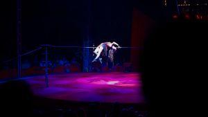 Linnea Purontaus esittää sirkusnumeroaan eli nuorallatanssia ja makaa selällään nuoralla.
